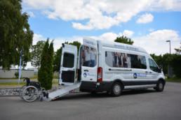 Ford Rolli Rollstuhl-Transporter mit Rollstuhl vor Rampe, barrierefrei - Musshoff Touristik Lippstadt